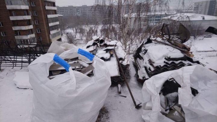 «Трое суток охраняю брус под окнами»: жители доделывают капремонт крыши за подрядчиком
