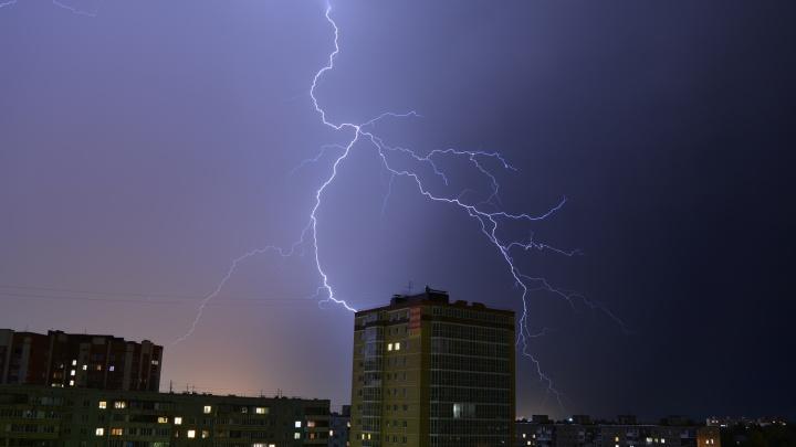 Вот это бабахнуло: любуемся снимками ночной грозы в Омске
