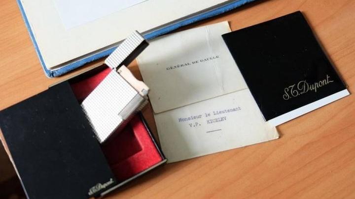 Гаишник полвека хранил золотую зажигалку генерала де Голля — теперь он отдаст её в музей
