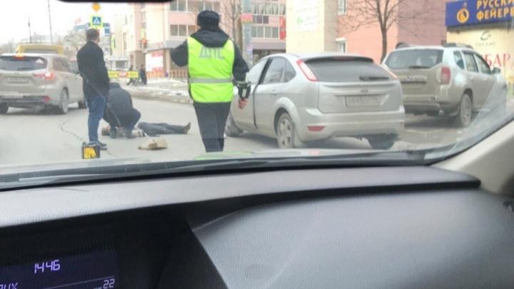 На улице Сулимова сбили женщину, переходившую дорогу в неположенном месте