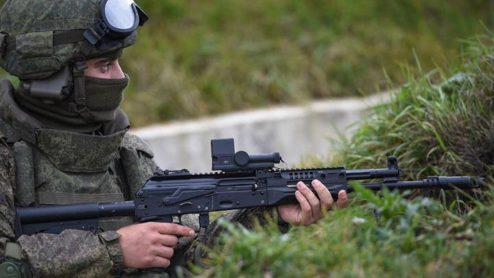 Новосибирским военным выдали новые автоматы Калашникова