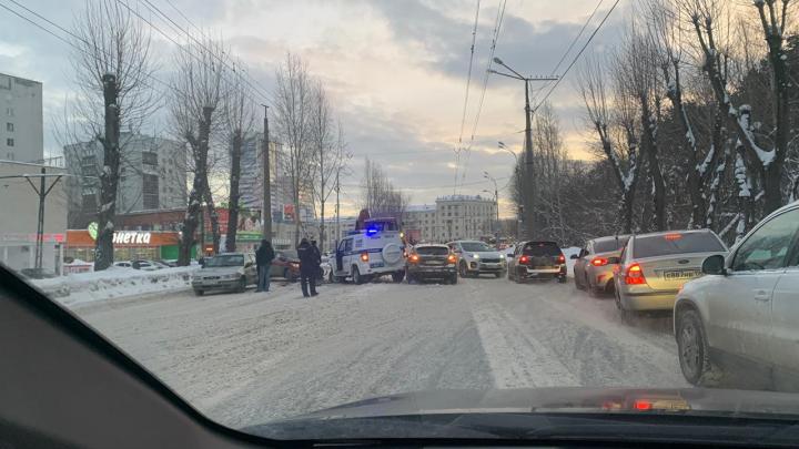 На Уралмаше полицейский УАЗ вылетел на встречку и собрал четыре автомобиля