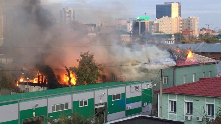 У вокзала Новосибирск-Главный загорелись два здания — на месте работал пожарный поезд