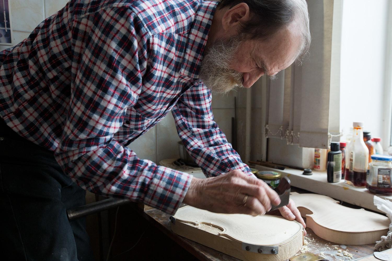 Болдин осматривает будущую скрипку для внучки друга — мастера балалайки Евгения Денисова