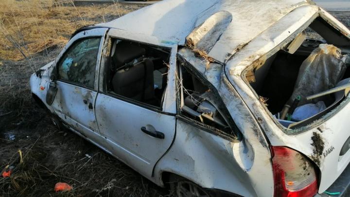 В Екатеринбурге бабушка за рулем ВАЗ улетела с дороги: пострадала ее 9-летняя внучка
