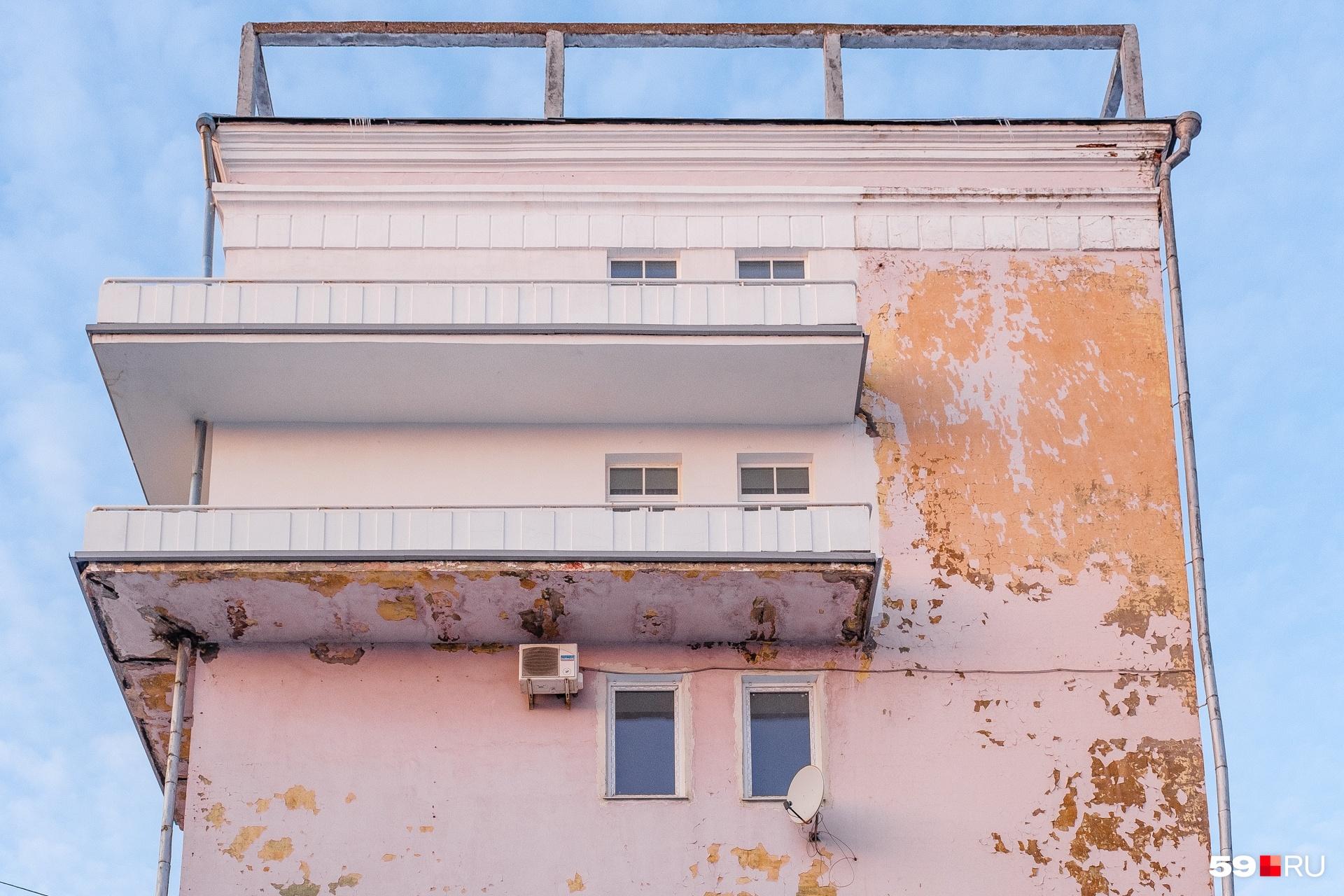 Балконы когда-то были выкрашены в красный цвет и напоминали флаги