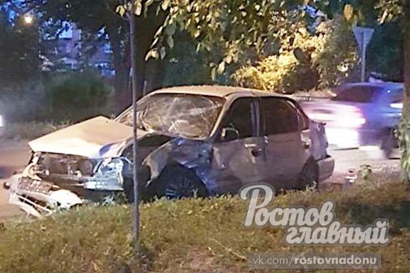 Один из людей, находящихся в авто, вылетел через окно