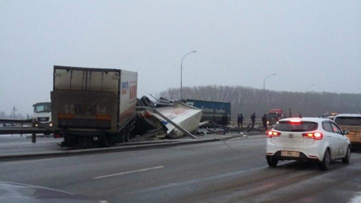 На трассе Уфа–Челябинск опрокинулась фура и разбила «Мицубиси-Паджеро»