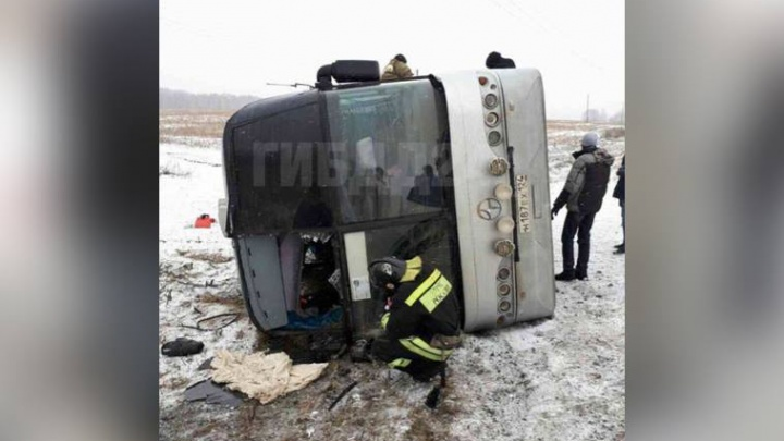 Назван виновник в аварии с перевернувшимся автобусом на обледенелой трассе