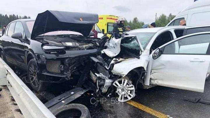 На трассе Пермь — Березники из-за поломки КрАЗа столкнулись Lada и Porsche: пострадали четверо