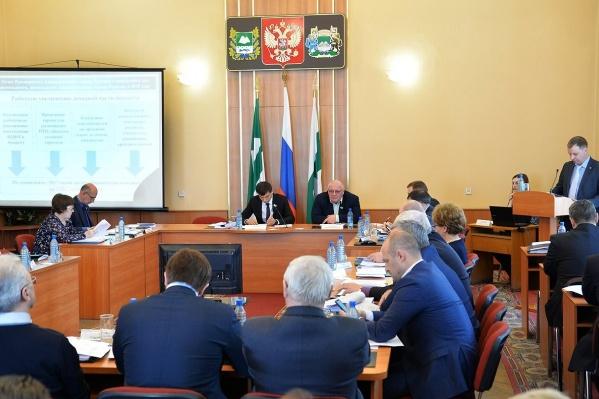Отчет Андрей Потапов зачитывал с бумаги