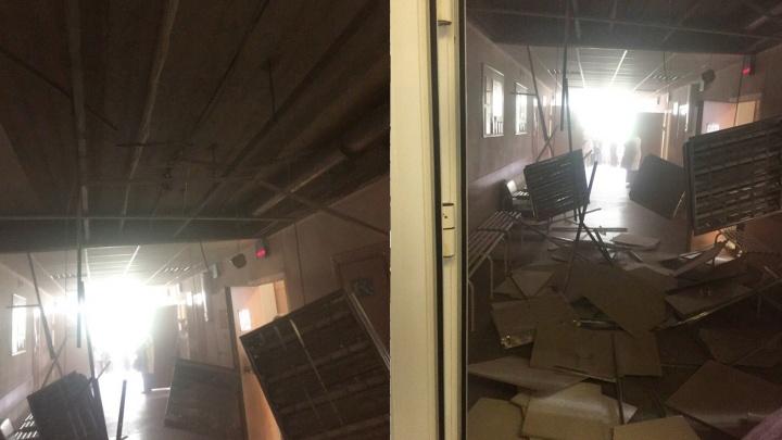В поликлинике на ЖБИ обрушился потолок