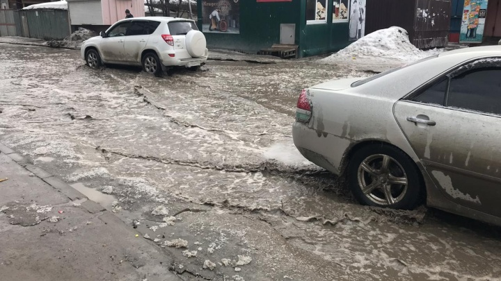 Дороги Новосибирска залило глубокими лужами