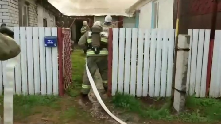 Пламя объяло крышу: в поселке Рубежный произошел крупный пожар