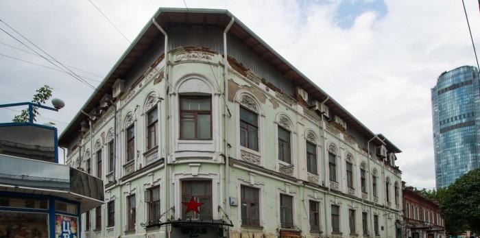 Подальше от глаз FIFA: обшарпанноестаринное здание на Малышева завесят баннером к ЧМ-2018