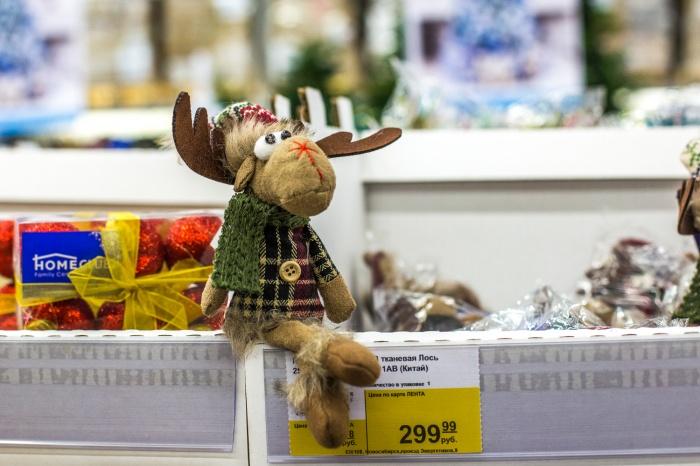Символ наступающего года —жёлтая собака, но из года в год продавцы заваливают прилавки северными оленями и белыми медведями