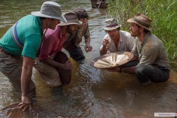 Среди этих парней нашего героя, конечно, нет, но этот кадр из фильма «Золото» о молодых золотоискателях очень подходит к его истории