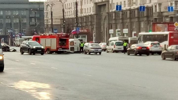 В центре Челябинска перевернулась карета скорой помощи