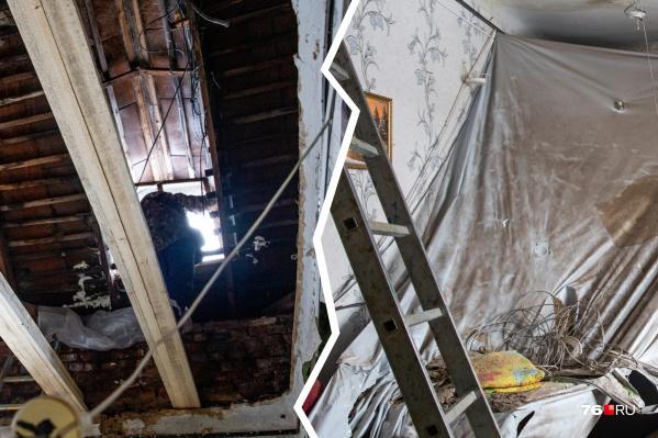 Ещё недавно в комнате был свеженький ремонт, а теперь — разруха и дыра вместо потолка