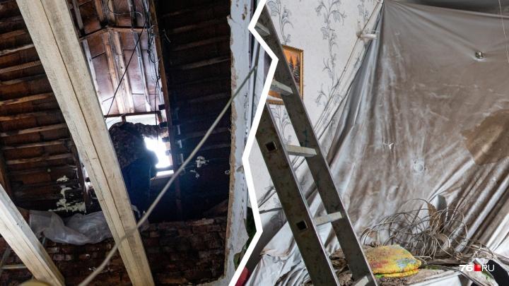 «Боимся заходить»: как внутри выглядит квартира, в которой обрушился потолок. Фото