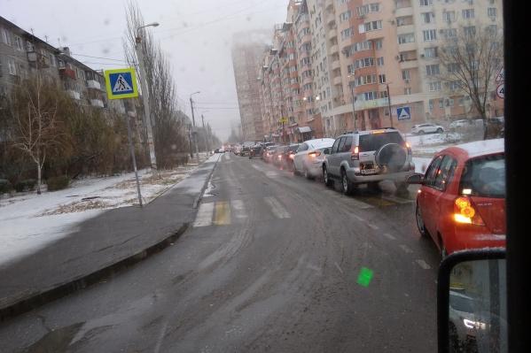 Водители растерялись после первого в этом сезоне снегопада