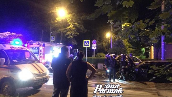 В центре Ростова после ДТП загорелся автомобиль