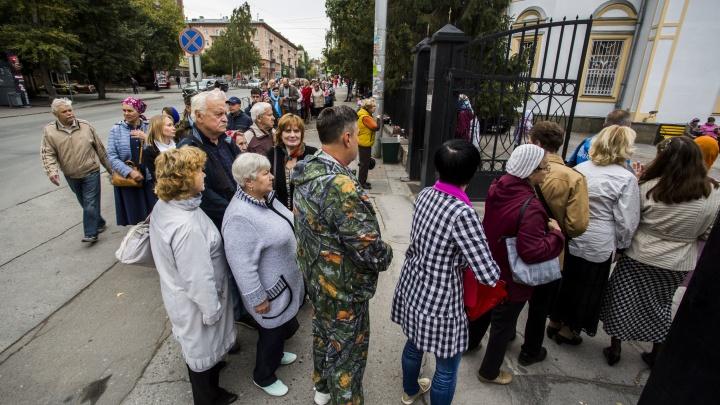 Фоторепортаж: тысячи новосибирцев каждый день стоят в очереди к святым мощам