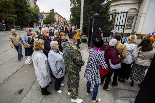 Православные новосибирцы каждый день стоят в очередях в собор, чтобы увидеть святыню