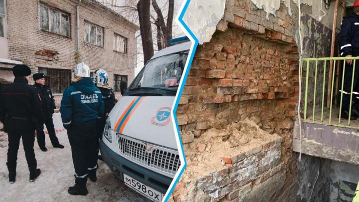 Падающие кирпичи и гнилые стены: 10 кадров с эвакуации двухэтажки на улице Спорта