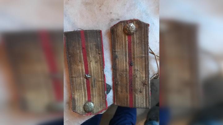 В Самаре реставраторы нашли погоны и детали кителя дореволюционного военного
