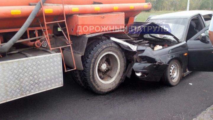 На трассе в Башкирии легковушка залетела под бензовоз