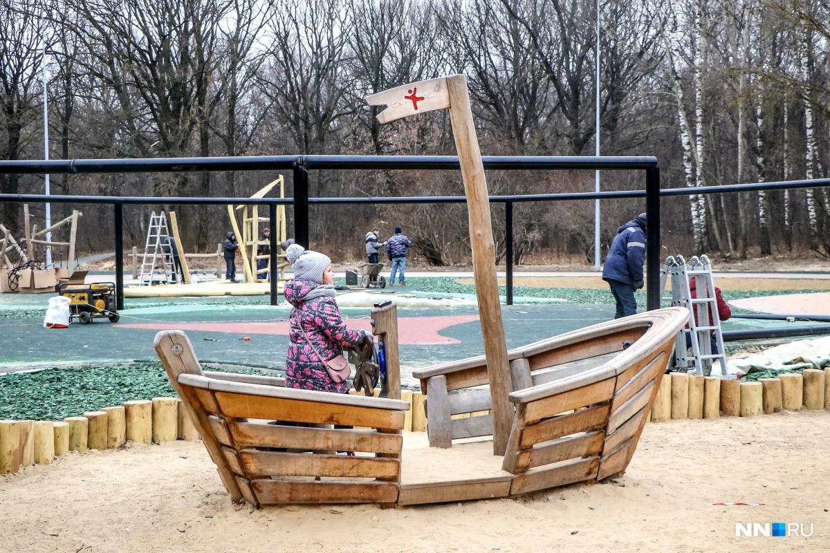 Детей в парке гуляет достаточно много