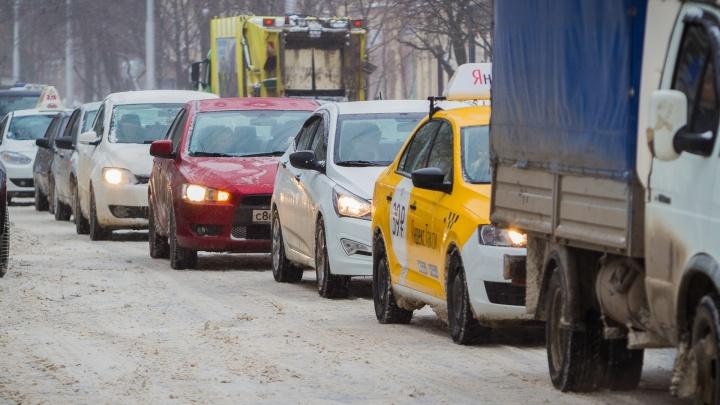Очередная порция снега поставила Ростов в пробки