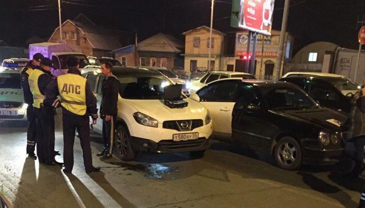 Водитель, которого жёстко задержали на дороге омские полицейские, угнал машину с СТО