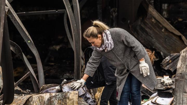 Пламя выжгло всё: фоторепортаж из цеха, который всю ночь горел под Новосибирском