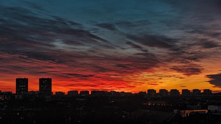 В небе как будто разлили краски: любуемся кадрами тюменского заката