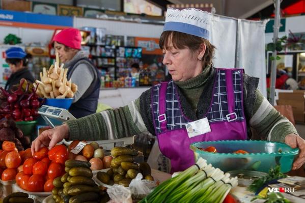 В деревнях волгоградцев спасают собственные запасы, а в городе приходится идти на рынок