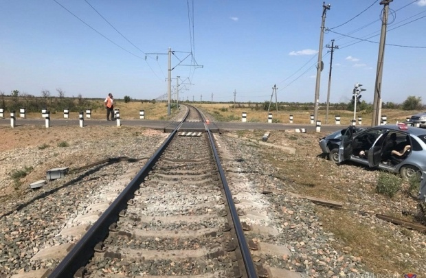 Волгоградка на Lada Granta врезалась в грузовой поезд