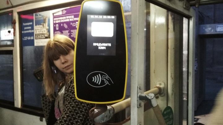 Кондуктор больше не нужен: в троллейбусах №2 появились автоматы для приёма карт