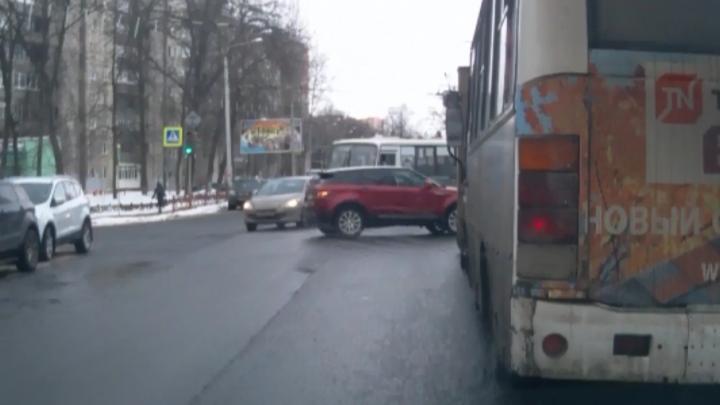 Назад-вперёд на аварийке: женщина на внедорожнике парализовала движение в центре Ярославля
