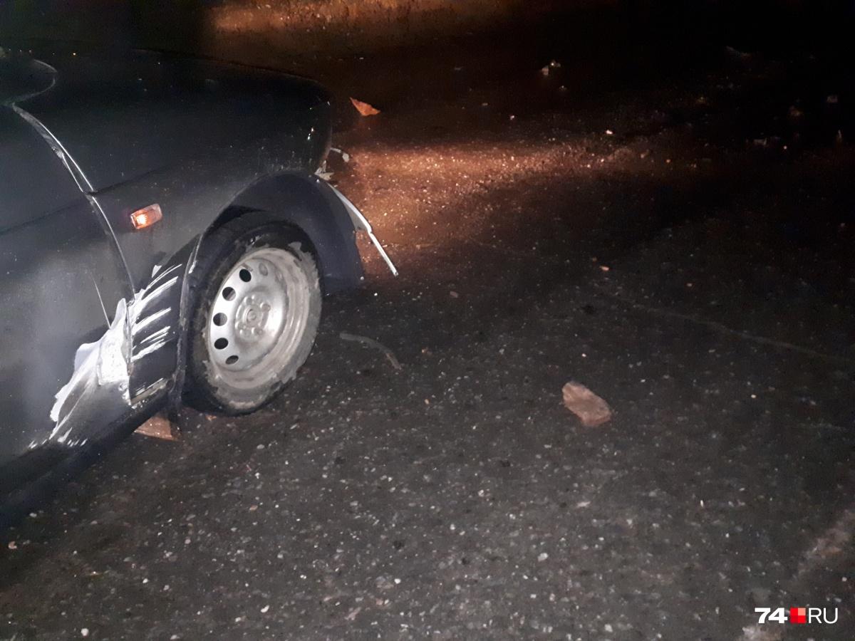 На дорогу упали несколько камней разного размера. Водитель Алексей столкнулся с булыжником полтора на полтора метра