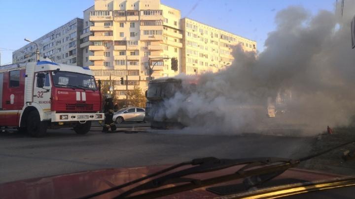 В Волжском на ходу вспыхнул автобус