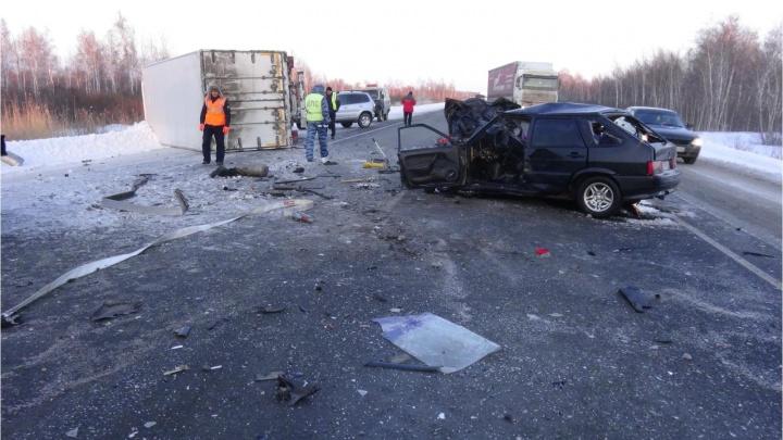 В Варгашинском районе погибли два человека при столкновении легковушки и большегруза