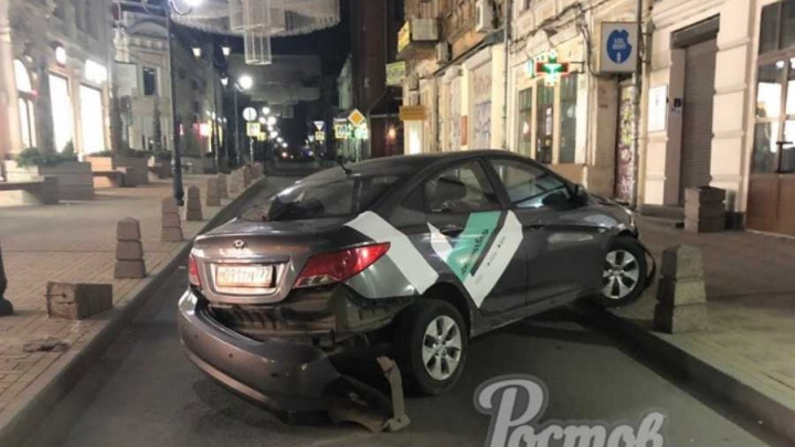 Разбил машину и убежал: в центре Ростова иномарка протаранила бетонный блок