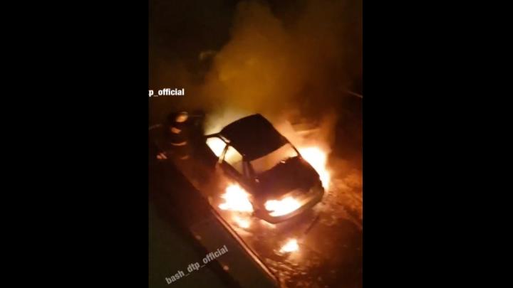 В Уфе на парковке жилого дома сгорела машина, очевидцы сняли видео
