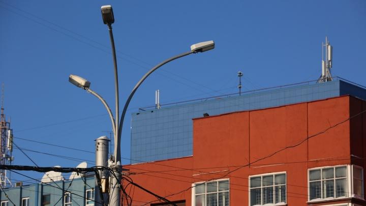 Будут светить как днём: на площади Ленина начали менять лампочки в фонарях