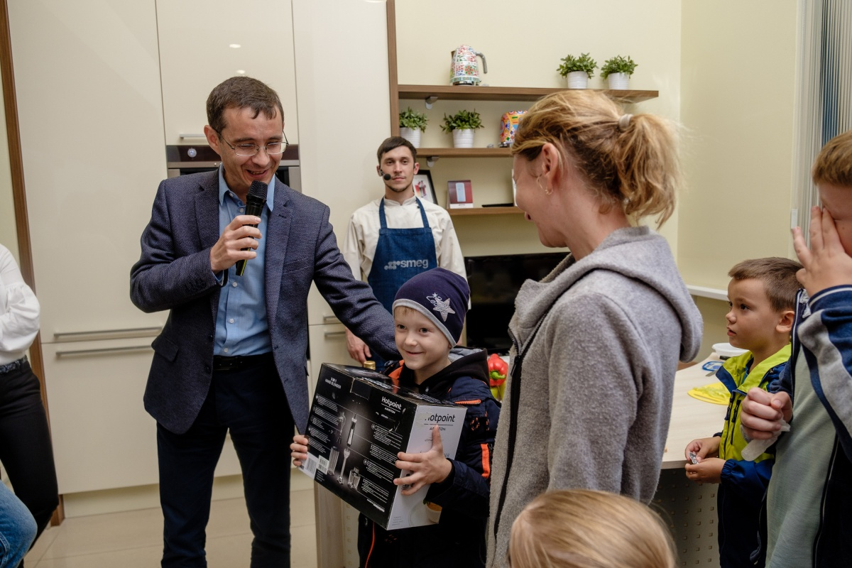 Повеселились в Академическом: в салоне кухонной мебели прошел семейный праздник