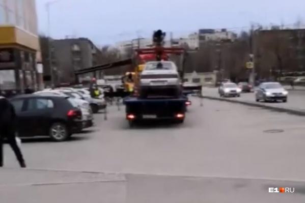 Машины эвакуировали, несмотря на то, что они стояли далеко от дороги