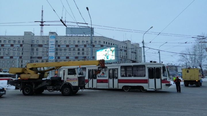 Трамвай сошёл с рельсов и блокировал движение на площади Маркса
