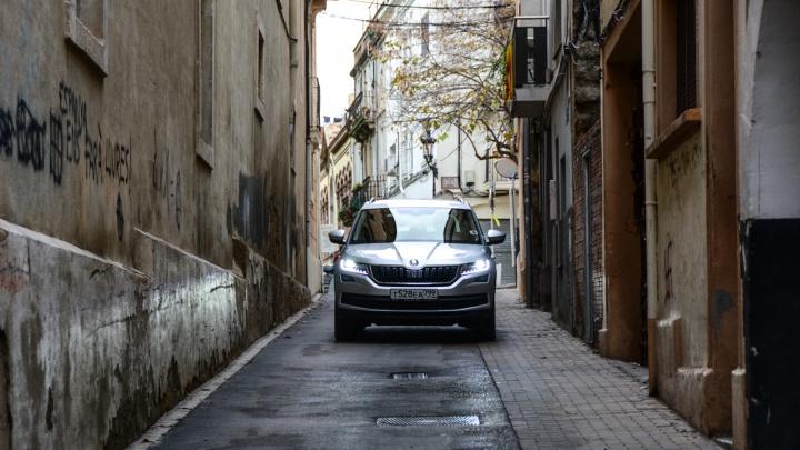 Проверка теснотой: издеваемся над SKODA Kodiaq российской сборки на узких улочках Барселоны